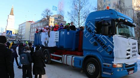 Oulun lukiolaiset ajelevat perinteisesti penkkaripäivänä kuorma-autoilla pitkin kaupunkia.