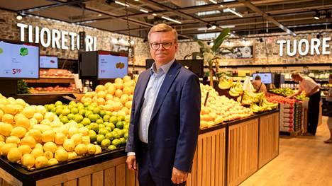 K-Citymarketin ketjujohtaja Ari Sääksmäki sanoo, että juhannuksensa ostetaan grillituotteiden ohella paljon hedelmiä.