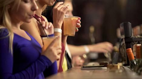 """Ystävä kerjäsi tarjoamaan juomia. Valkovenäläisen sijaan hän sai """"vain"""" kaljan, mikä ei miellyttänyt."""