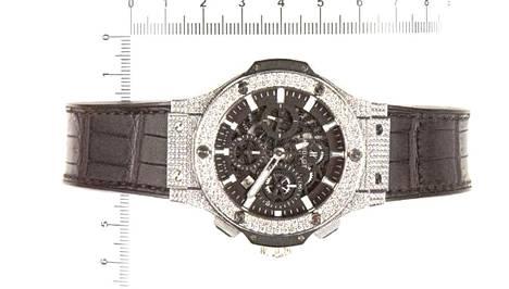 Janne Järvinen kävi lunastamassa Janne Tranbergin puolesta muun muassa tämän kellon. Asiantuntijan mukaan kyseessä on aito Hublot Big Bang. Kellon kuoressa on 238 timanttia ja kehyksessä noin 114 timanttia. Kellon hinta uutena olisi noin 31 000 euroa, mutta käytettynä kyseisessä kunnossa noin 11 000 euroa.