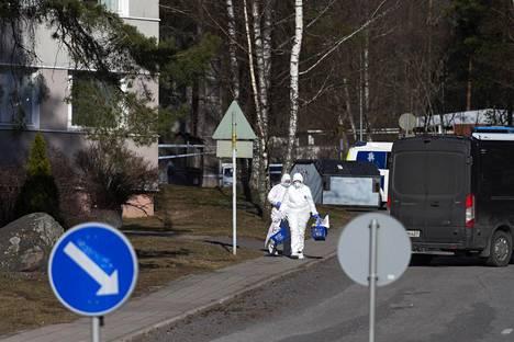 Poliisi tutkii Turun Pernossa lauantaina aamuyöllä tapahtunutta kahta epäiltyä murhaa ja yhtä murhan yritystä.