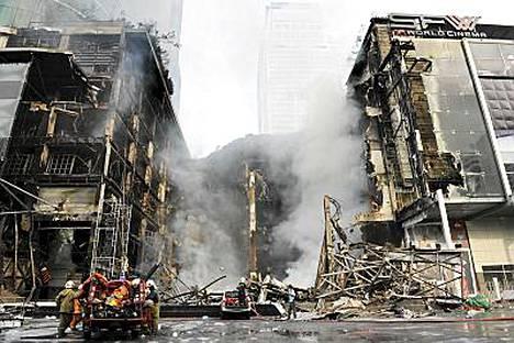 Palomiehet sammuttivat yhä kytevää tulta Bangkokin suurimmassa ostoskeskuksessa Central Worldissa.