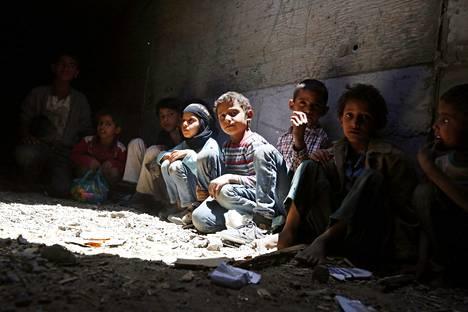 Lapet piiloutuivat Saudi-Arabian ilmaiskuja maanalaiseen tunneliin maan pääkaupungissa Sanaassa keskiviikkona.