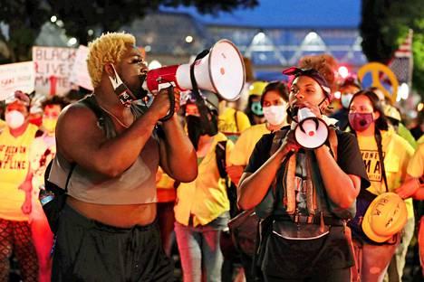 Xavier Warner ja Teal Lindseth megafonin varressa Portlandin mielenosoituksessa.
