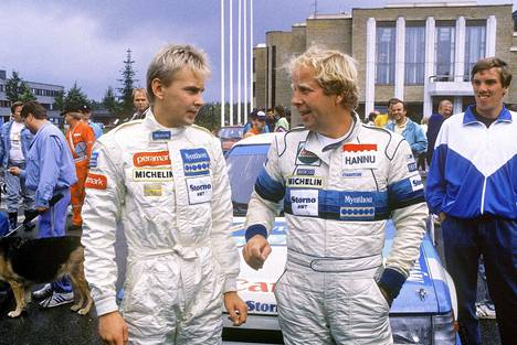 Vuonna 1989 Mikkolan kartanlukijana Mänttä 200 -rallissa toimi olympiavoittaja Matti Nykänen (vas.).