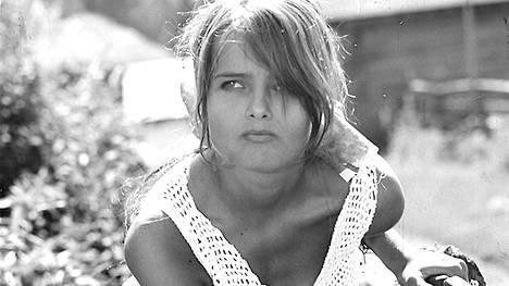 """""""Halusimme tehdä elokuvan täysin sydämin ja rinnoin: kuvata nuoria ihmisiä ongelmineen ja angsteineen"""", Kristiina Halkola muistelee Käpy selän alla -elokuvan kuvauksia."""