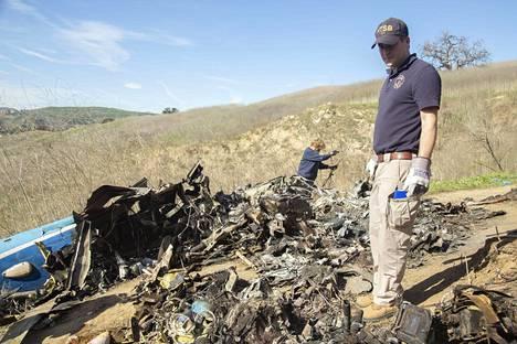 Onnettomuustutkijat tutkivat Kobe Bryantia kuljettaneen helikopterin hylkyä maanantaina. Törmäys tuhosi kopterin lähes täysin.