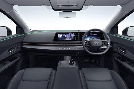 Nissan luonnehtii matkustamoa valoisaksi. Näyttöjärjestelmä pitää sisällään 12,3-tuumaisen mittaristonäytön sekä 12,3-tuumaisen keskinäytön.