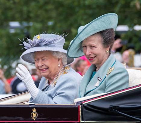 Elisabet ja Anne vaikuttavat olevan keskenään läheisissä väleissä.