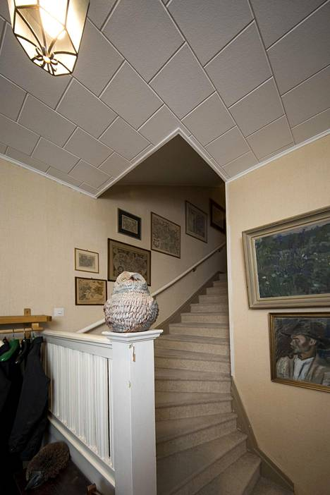 Portaisiin Kirstin vanhemmat laittoivat kokolattiamaton, koska liukkaissa portaissa tapahtui haavereita. Onneksi kokolattiamatot ovat taas muotia.