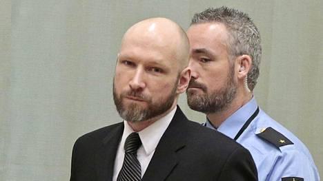 Joukkomurhaaja Anders Breivikin vankilaoloja puidaan oikeudessa.