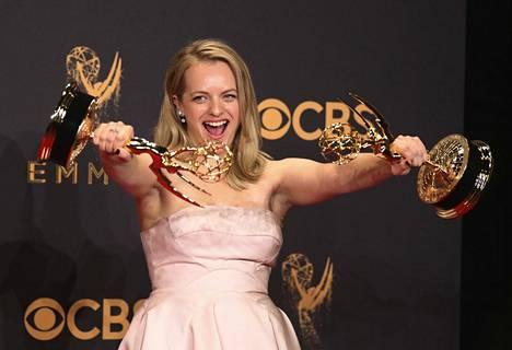 Elisabeth Moss voitti parhaan draamasarjan naisnäyttelijän Emmy-palkinnon The Handmaid's Tale -minisarjasta. Moss näyttelee sarjan pääosaa, orjaksi alistettua Offredia.