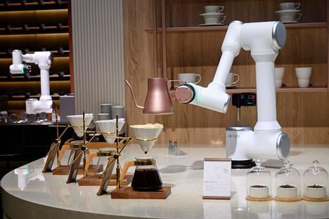 Pizzakokkien lisäksi myös baristojen työt ovat uhattuja. LG:n CLOi CoBot tarjoili kahvia messukävijöille.