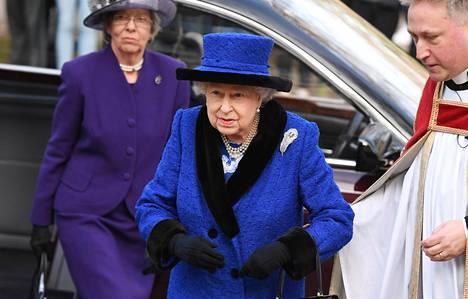 Kuninkaallisasiantuntija korostaa kuningatar Elisabetin sanan olevan hovissa laki, eikä kukaan ole kuningatarta tärkeämpi.