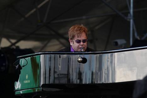 Elton John esiintyi Pori Jazzeilla 2011. Mukana oli luonnollisesti myös piano.