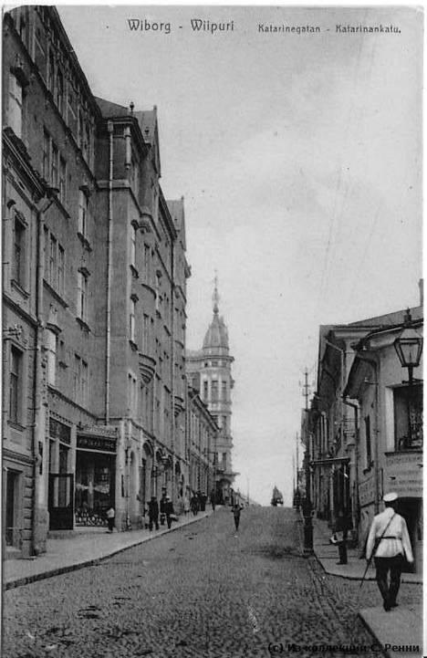 Domuksen talo vuonna 1918 kuvassa Linnankadun vasemmalla puolella.