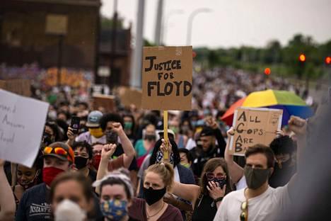 Mielenosoitusten kerrottiin käynnistyneen ensin rauhanomaisena protestina.