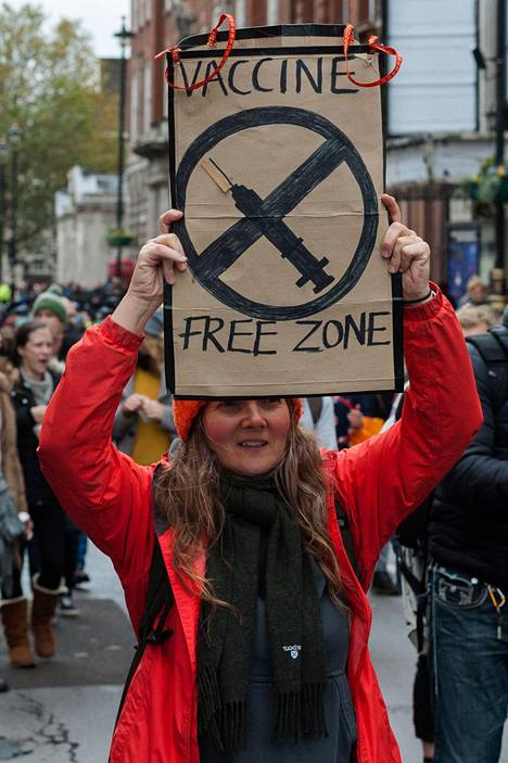 Koronaepidemian rajoitustoimia ja rokotuksia vastustaneet mielenosoittajat marssivat Lontoossa 24. lokakuuta.