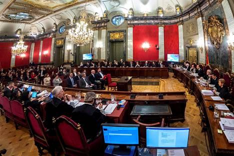 Kaksitoista Katalonian aluehallinnon ja separatististen liikkeiden edustajaa astui oikeuden eteen tiistaina.