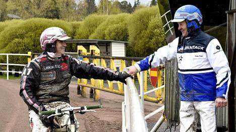 Antti Teivainen ja Pekka Korpi (oik.) tutustuivat Vermon uuteen radanpintaan perjantaina.