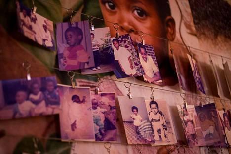 Kansanmurhan uhrien kuvia muistopaikalla Kigalissa.
