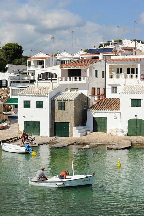 Monet vanhat merenrantatalot ovat sisältä hyvin kosteita, mutta sitä ei koeta ongelmaksi. Muun muassa Espanjassa home peitetään uudelle maalilla.