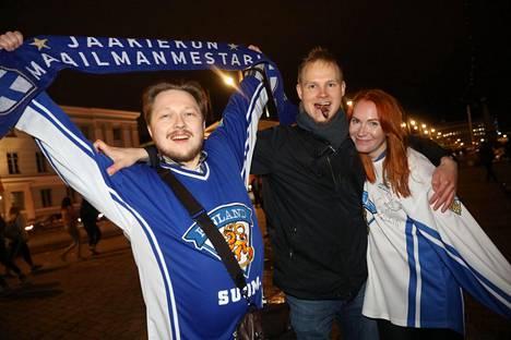 Mikko Kaukua, Juuso Tenhunen ja Milla Nieminen nauttivat kultayöstä Havis Amandan luona.