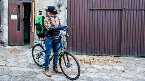 Aamupäivän treenisession jälkeen miekkailija Ruben Limardo hyppää pyörän selkään ja ryhtyy toimittamaan ruoka-annoksia eri puolille Lodzin kaupunkia.