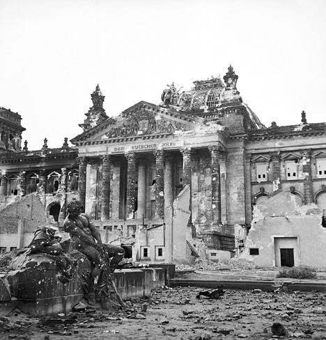 Berliinin raunioitunut valtiopäivätalo näytti tältä toisen maailmansodan päättyessä.