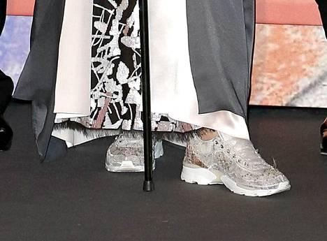 Prinsessa Carolinen kenkävalinta oli vähintäänkin erikoinen. Iltapuvun kanssa Carolinella oli timantein koristellut lenkkarit.
