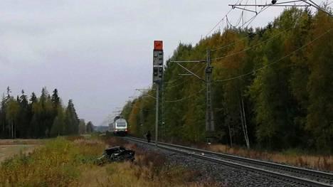 Henkilöauto jäi junan alle Loimaalla perjantaina.