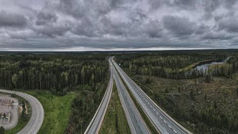 Suomen tieliikennettä odottaa tänään hyväksytyn periaatepäätöksen nojalla melkoinen myllerrys. Mahdollisten veropäätösten aika on vasta kuntavaalien jälkeen.