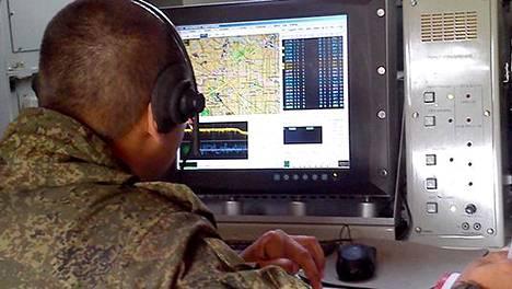 Tämä laitteisto pystyy häiritsemään GPS-signaaleja. Venäjän puolustusministeriön julkaisema kuva elektronisen sodankäynnin Borisoglebsk-2-järjestelmästä on vuodelta 2015.