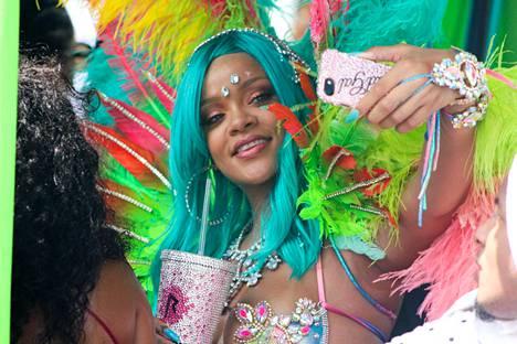 Laulaja nappasi kuvia itsestään festivaalihumun tuoksinassa.