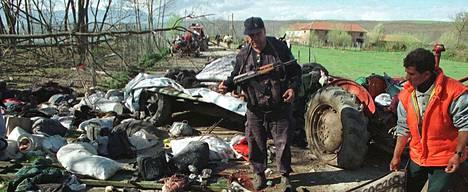 Naton koneen isku albaanipakolaisten saattueeseen aiheutti hirvittävää tuhoa Kosovossa 1999.