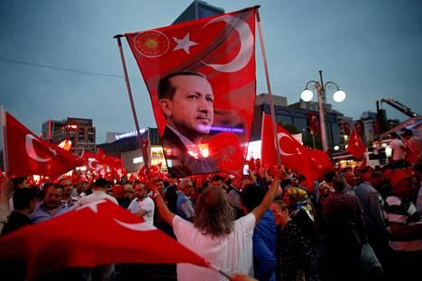 Erdoganin kannattajat ovat juhlineet vallankaappausyrityksen epäonnistumisen jälkeen. Kuvassa hallitusta puolustava mielenosoitus Ankarassa 20. heinäkuuta.