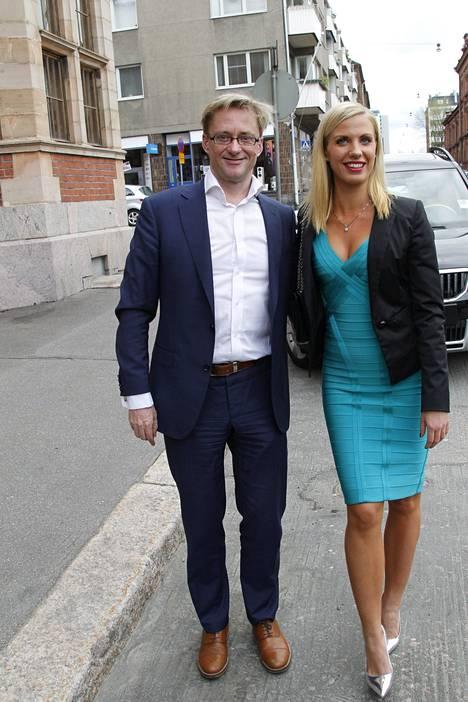 Mikael Jungner ja Emilia Poikkeus saapuivat juhlistamaan ystävänsä häitä. Nasima Razmyar toimi Jungnerin eduskunta-avustajana vuonna 2011.