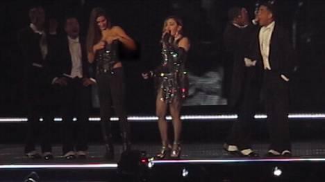 Madonna on toisinaan vilautellut keikoillaan, mutta ihailijan paidan repiminen taisi olla vahinko.