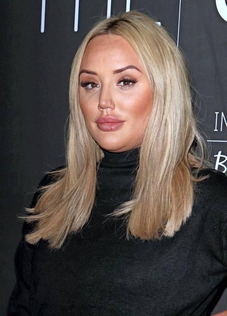 Charlotte Crosby marraskuussa 2019. Tähden fanit ovat hämmästelleet hänen muuttuneita kasvojaan.