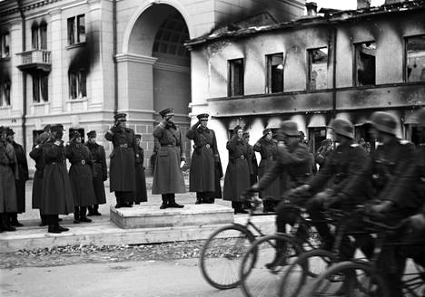 """Erik Heinrichs ottaa vastaan paraatin Äänislinnaksi nimetyssä Petroskoissa. Heinrichs kuului upseereihin, joihin Mannerheim luotti niin, että suorastaan """"tarrasi heihin""""."""