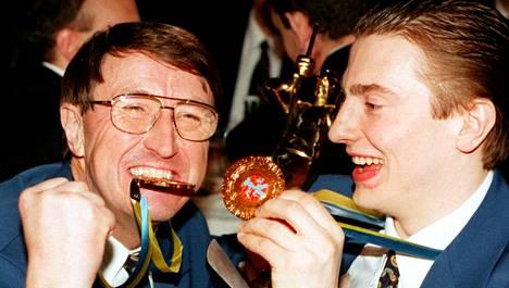 Curt Lindström riemuitsi Ville Peltosen kanssa Tukholman kaupungintalolla järjestetyillä juhlaillallisilla.