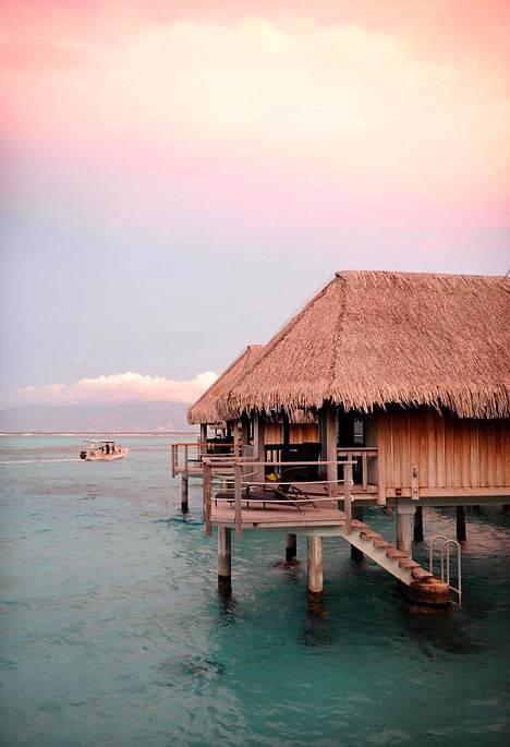 Luksusta on majoittuminen bungalowiin, josta johtavat portaat mereen.