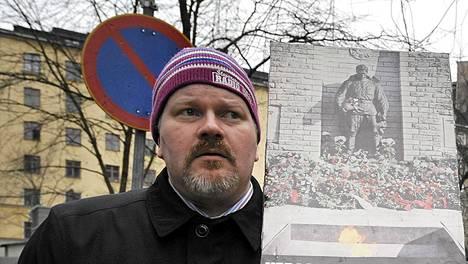 Dosentti Johan Bäckman osallistui maaliskuussa 2009 venäläisen nuorisojärjestö Nashin mielenosoitukseen Helsingissä.