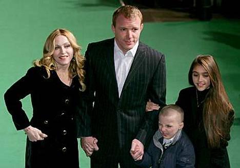 Madonna matkustelee lasten kanssa yhdessä ympäri maailmaa, ja Guy Richie viihtyy Lontoossa.