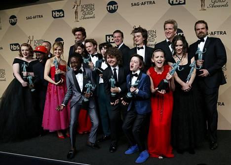 Stranger Things -sarjan näyttelijät yhteiskuvassa.