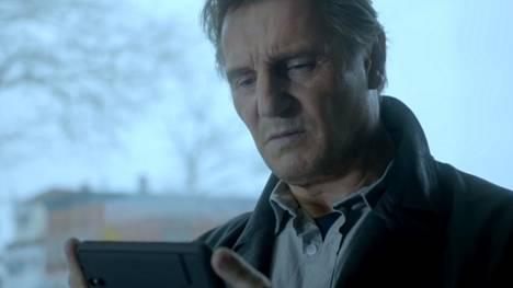 Liam Neeson uppoutuu mainoksessa suomalaisyhtiön peliin.