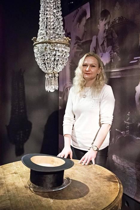 –Oli esimerkiksi hattutansseja. Päivälehtimuseossa historioitsija Anitra Komulainen kertoi spiritismistä.
