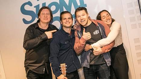 Hovimuusikko Ilkka yllätti Perälän viimeisessä lähetyksessä.