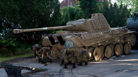 Telaketjuttoman panssarivaunun siirtämiseen kellarista tarvittiin 20 sotilaan yhdeksän tunnin työpanos.
