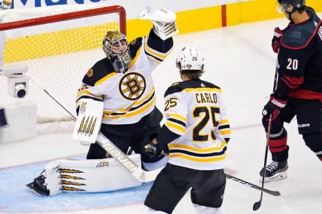 Jaroslav Halak torjui Bostonille heti voiton lauantai-iltana. Bruins johtaa Carolinaa ottelusarjassa nyt 2–1.